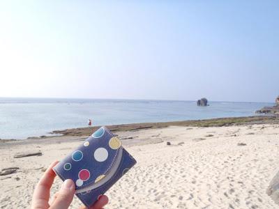 小さい財布とビーチコーミング