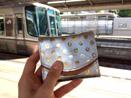 電車の旅行にも小さい財布